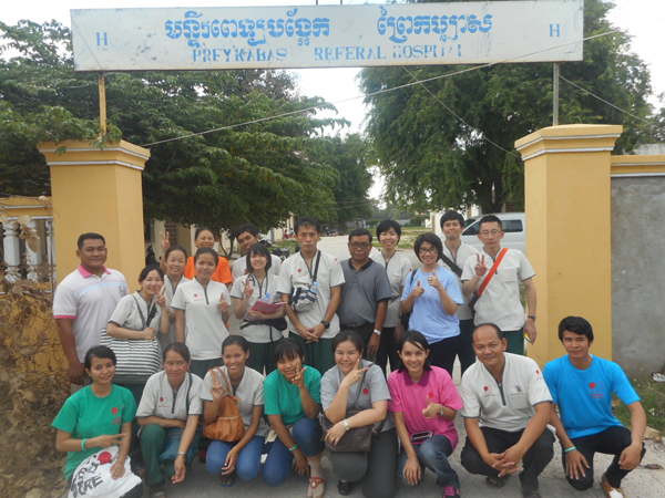 病院の前で国際医療短期ボランティア参加者と(カンボジア)