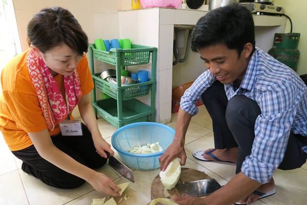料理をしているとこ(カンボジア)