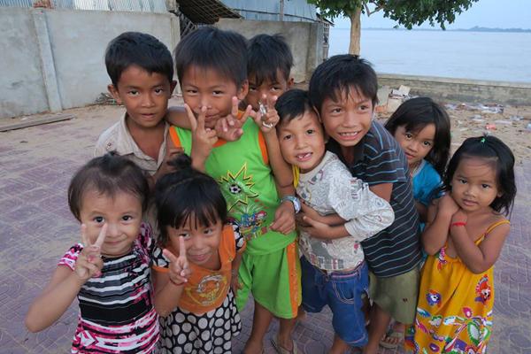 病院周辺地域の子どもたちと(カンボジア)